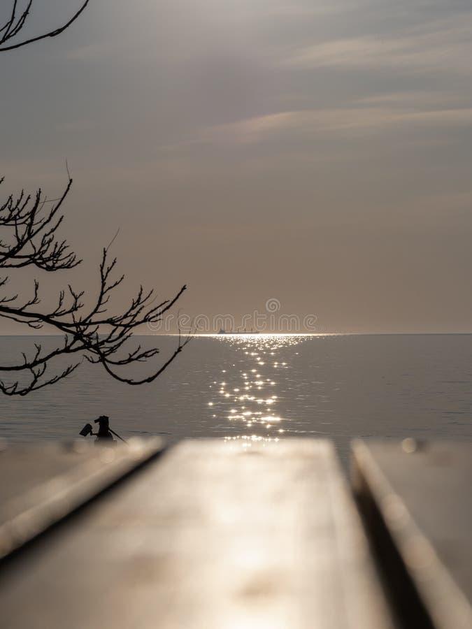 Mer paisible de matin avec un bateau dans l'horizon images libres de droits