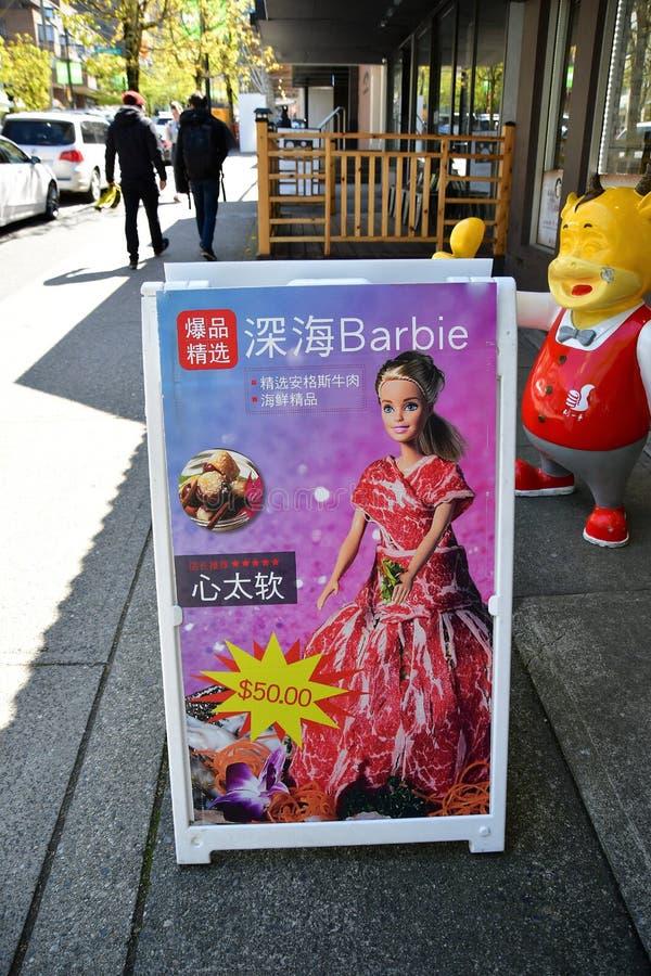 Mer profonde Barbie  Barbie Des ressembler à la poupée de Barbie ont été enveloppés avec de la viande coupée en tranches mince  photos stock