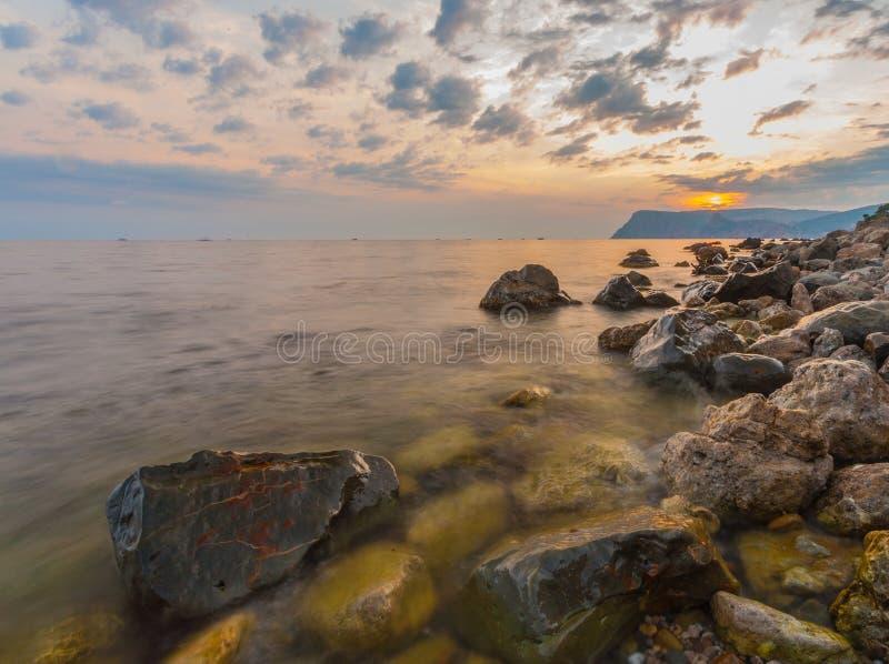 Mer, rivage et pierres photos stock
