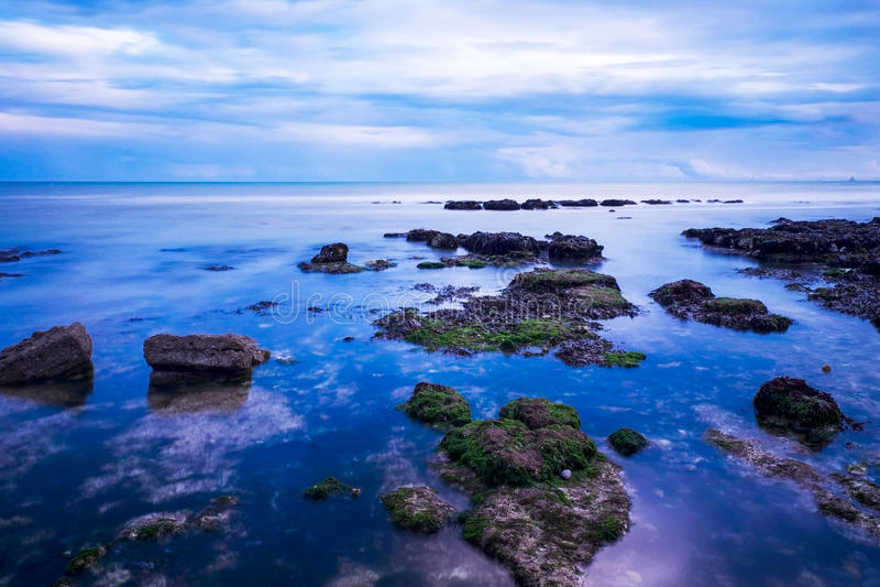 Mer, roches, rottingdean, Brighton image stock