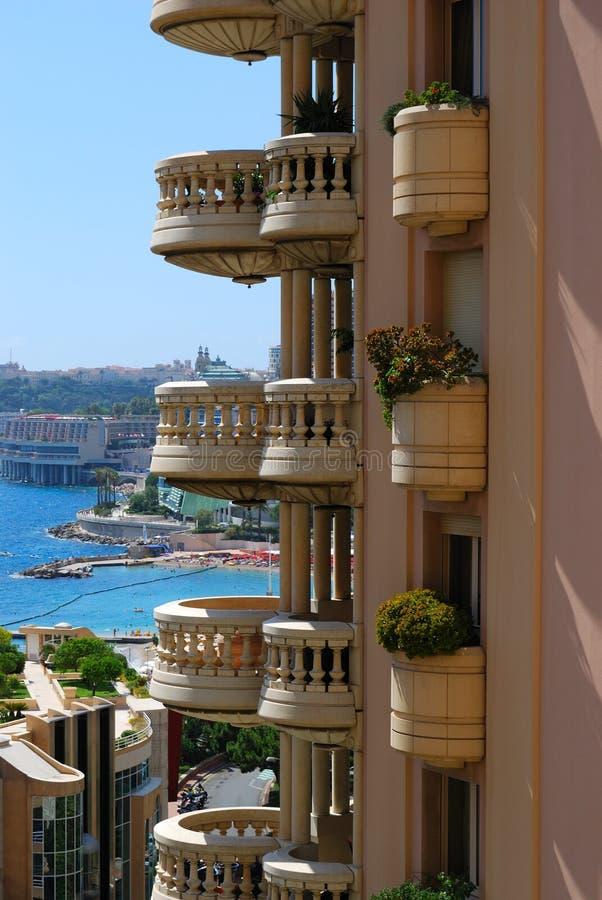 mer ronde bleue du Monaco de balcon photo stock