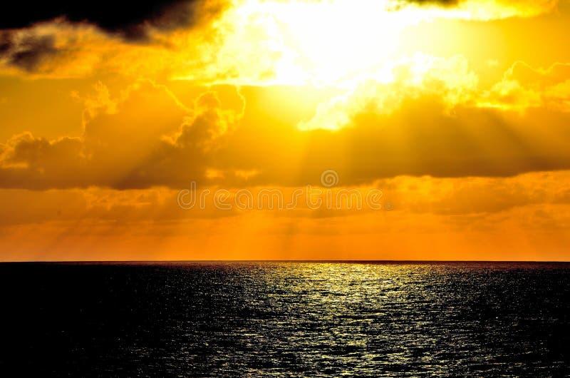 Mer, soleil, nuages et ciel photos stock