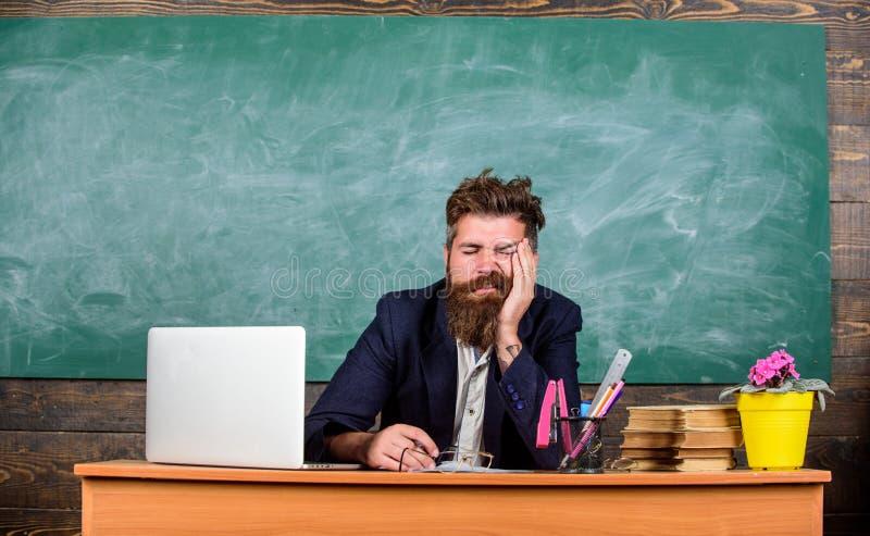 Mer stressad arbete för utbildare än genomsnittligt folk På hög nivå trötthet Evakuera arbete i skolaorsakströtthet utbildare arkivbilder