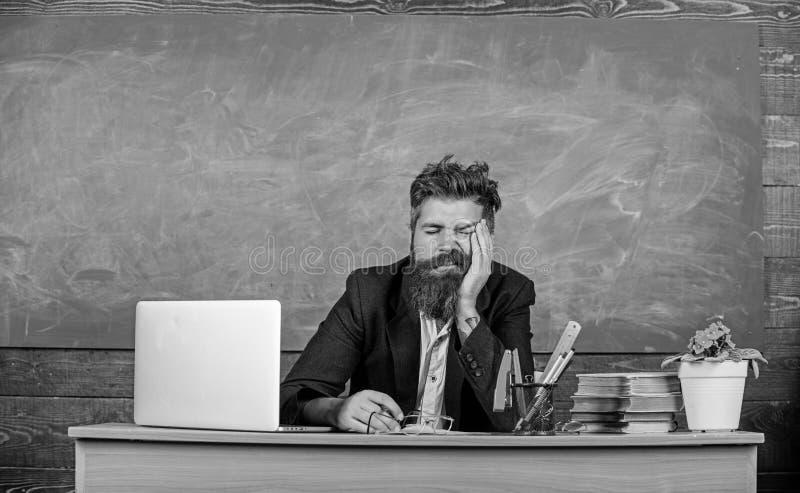 Mer stressad arbete för utbildare än genomsnittligt folk På hög nivå trötthet Evakuera arbete i skolaorsakströtthet utbildare arkivfoton