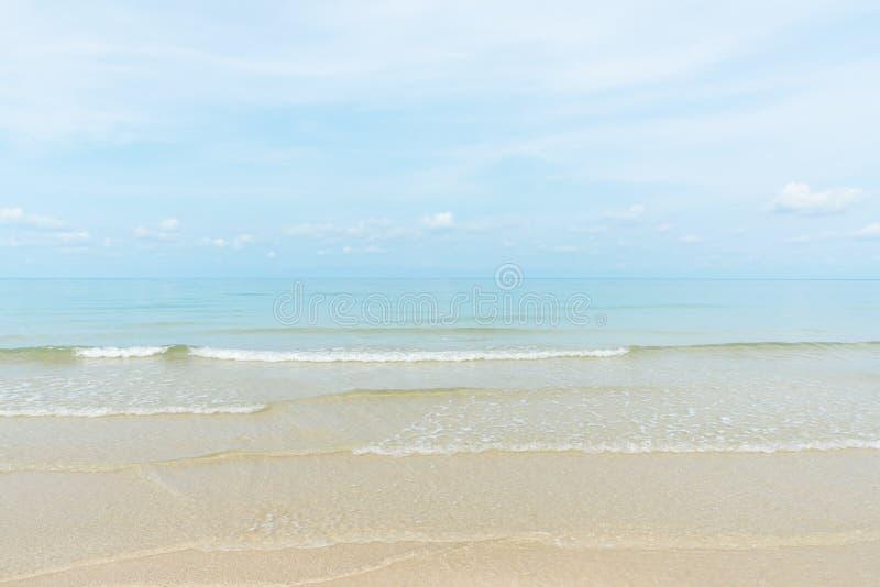 Mer stupéfiante de turquoise, plage exotique avec la vague douce photographie stock libre de droits