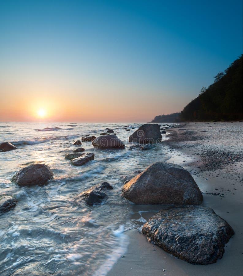 Mer sur un lever de soleil images stock