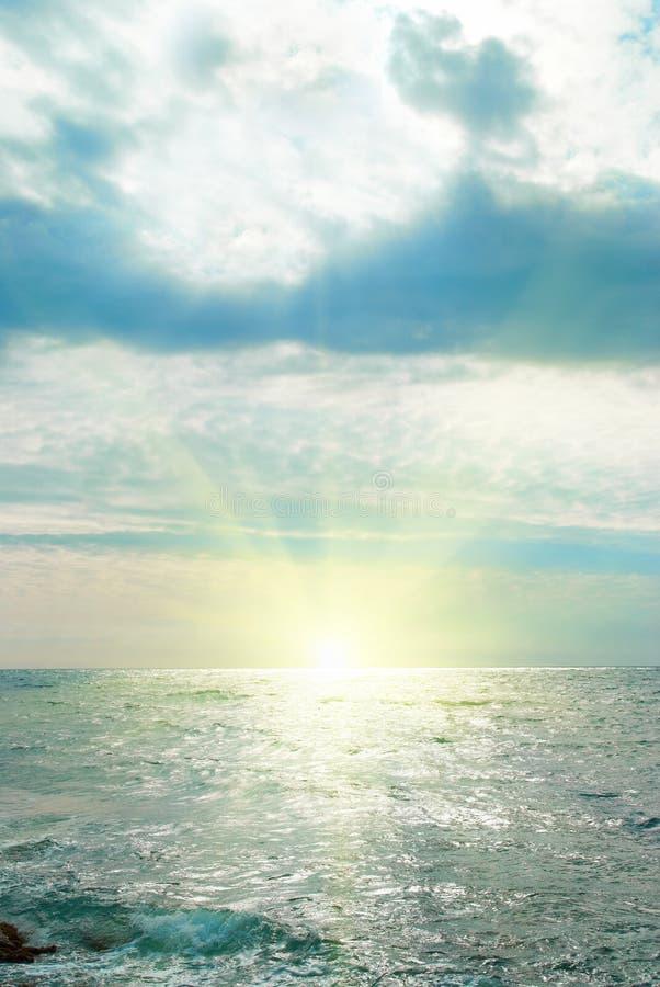 Mer, vagues et nuages photo stock