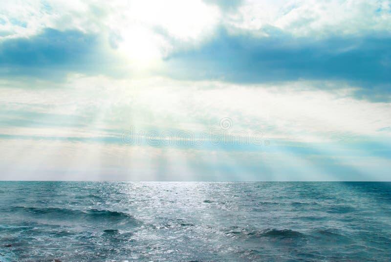 Mer, vagues et nuages photo libre de droits