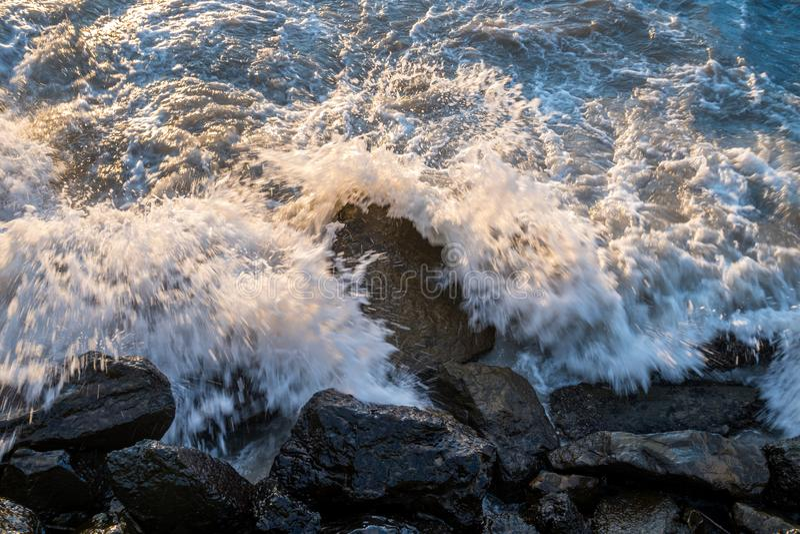 Mer, vagues se brisant contre les roches, la Mer Noire, Poti, la Géorgie image libre de droits
