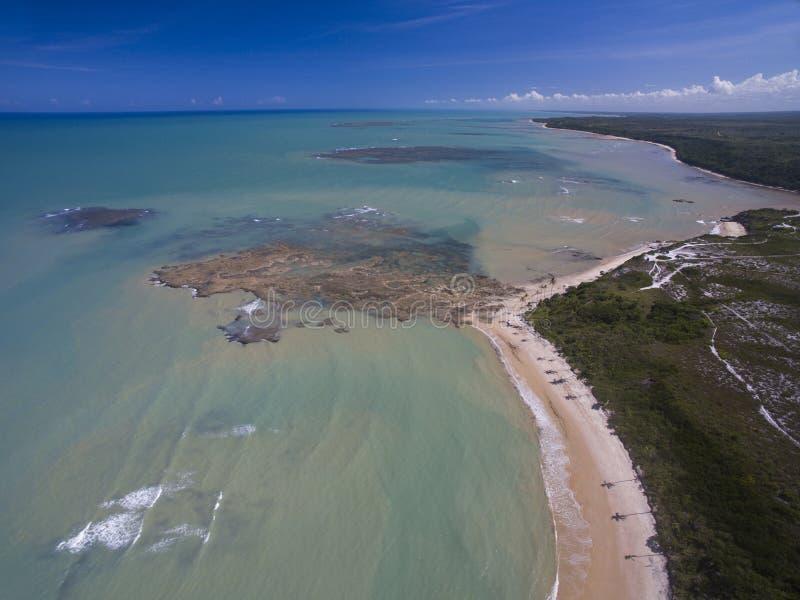Mer verte de vue aérienne à une côte brésilienne de plage un jour ensoleillé images libres de droits