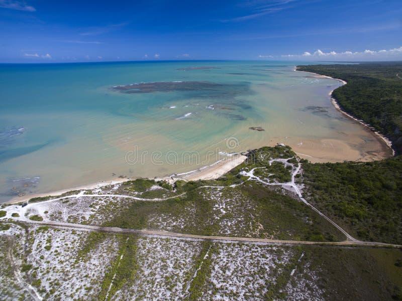 Mer verte de vue aérienne à une côte brésilienne de plage un jour ensoleillé photographie stock