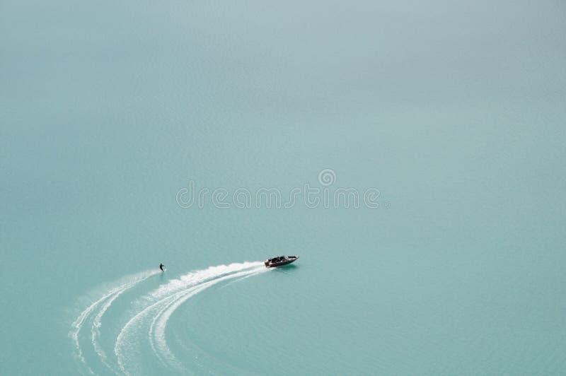 mer waterskier royaltyfri fotografi