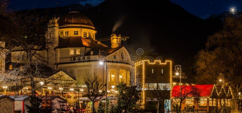 Meran Merano au Tyrol du sud, Italie, pendant Noël avec le marché de christmans par nuit Belle lumière et grande atmosphère images libres de droits