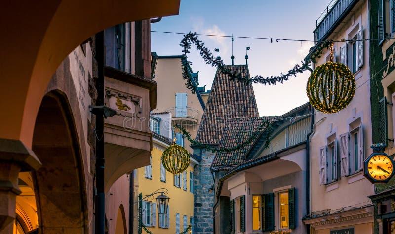 Meran Merano em Tirol sul, Itália, durante o Natal com mercado dos christmans na noite Luz bonita e grande atmosfera fotos de stock