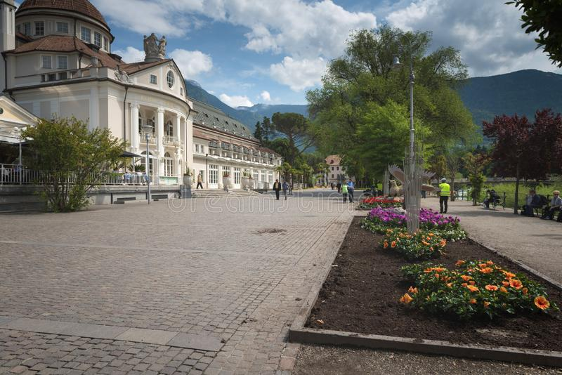 Meran Merano, Italien - eine Hauptstraße der Stadt mit Touristen stockfotografie