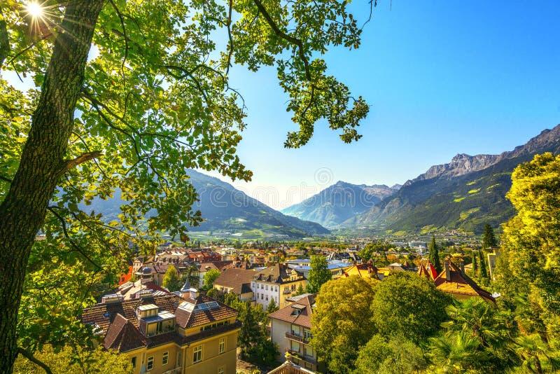 Merano eller Meran sikt från Tappeiner promenad Trentino Alto Adige Sud Tyrol, Italien fotografering för bildbyråer