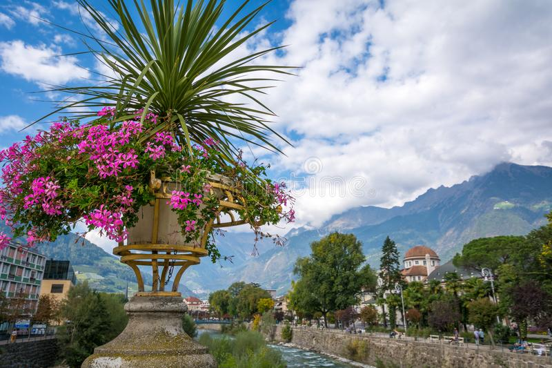 Merano en el Tyrol del sur, una ciudad hermosa de Trentino Alto Adige, opinión sobre la 'promenade' famosa a lo largo del río de  foto de archivo libre de regalías