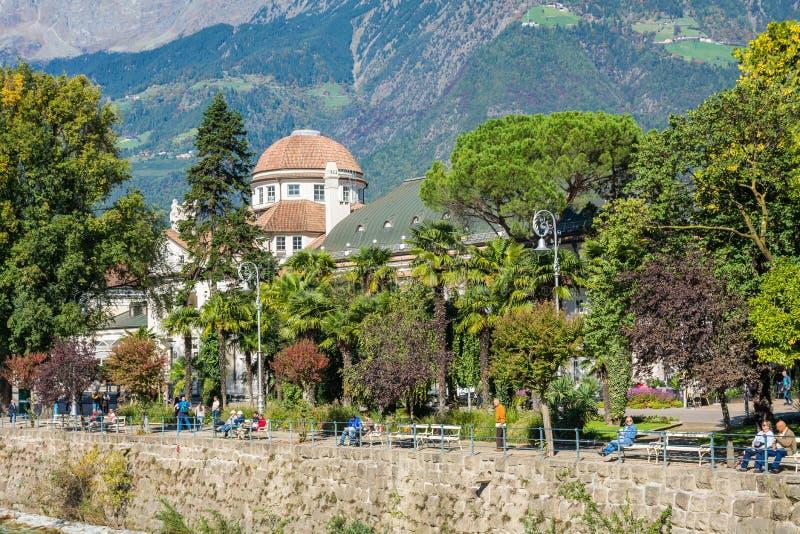 Merano i södra Tyrol, en härlig stad av Trentino Alto Adige, sikt på den berömda promenaden längs den Passirio floden italy arkivfoto