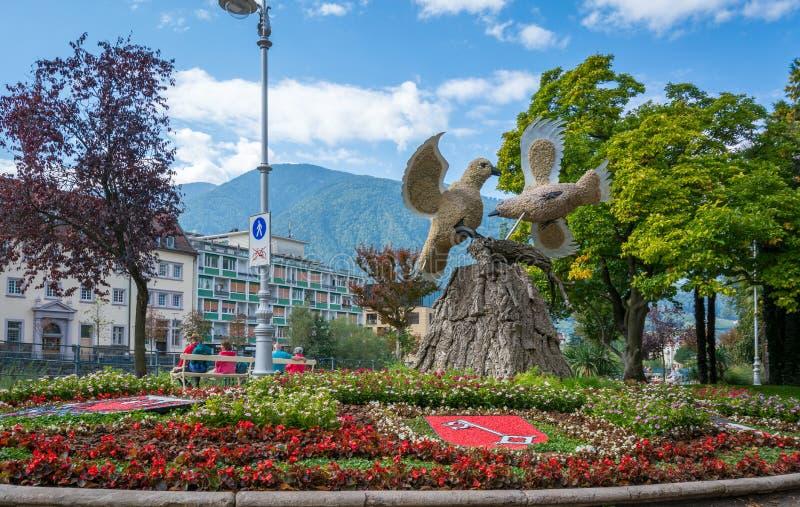 Merano i södra Tyrol, en härlig stad av Trentino Alto Adige, sikt på den berömda promenaden längs den Passirio floden Nordligt de arkivbild