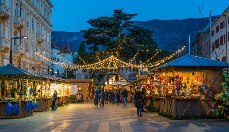 Merano jul marknadsför i aftonen, Trentino Alto Adige, nordliga Italien royaltyfri bild