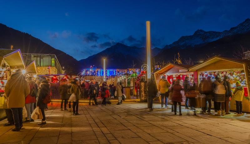 MERANO, Tirol sul, Itália - 16 de dezembro de 2016: Meran Merano em Tirol sul, Itália, durante o Natal com christmans introduz no imagens de stock royalty free