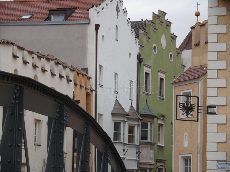 Merano, Trentino, Italia 01/06/2011 Puente del hierro y calle de la ciudad imagen de archivo libre de regalías