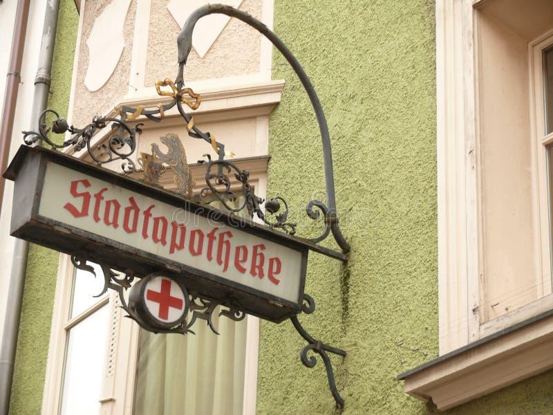 Merano, Trentino, Italie 01/06/2011 Vieux signe de pharmacie image libre de droits