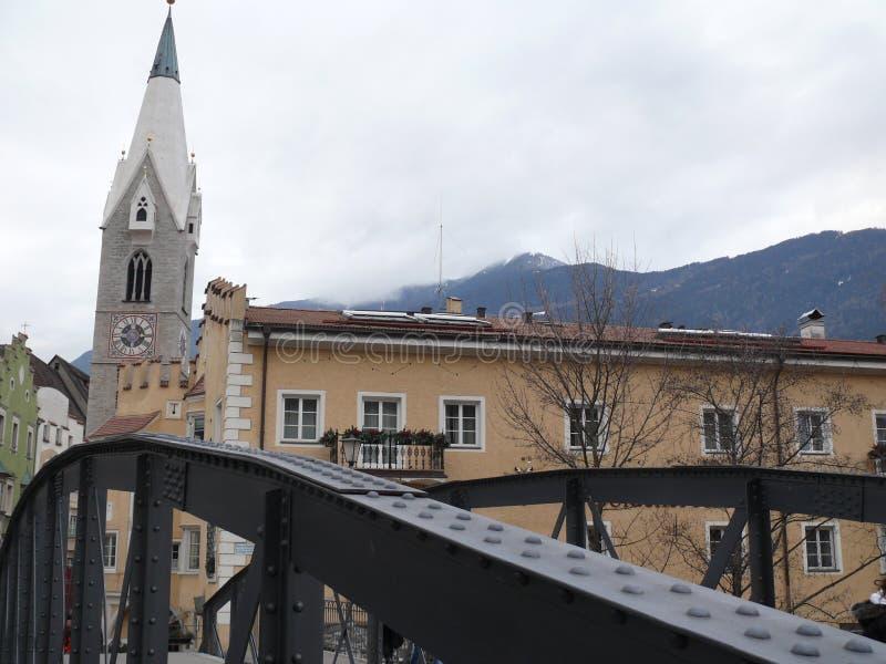 Merano, Trentino, Italien 01/06/2011 Eisenbrücke und Stadtstraße lizenzfreie stockfotografie