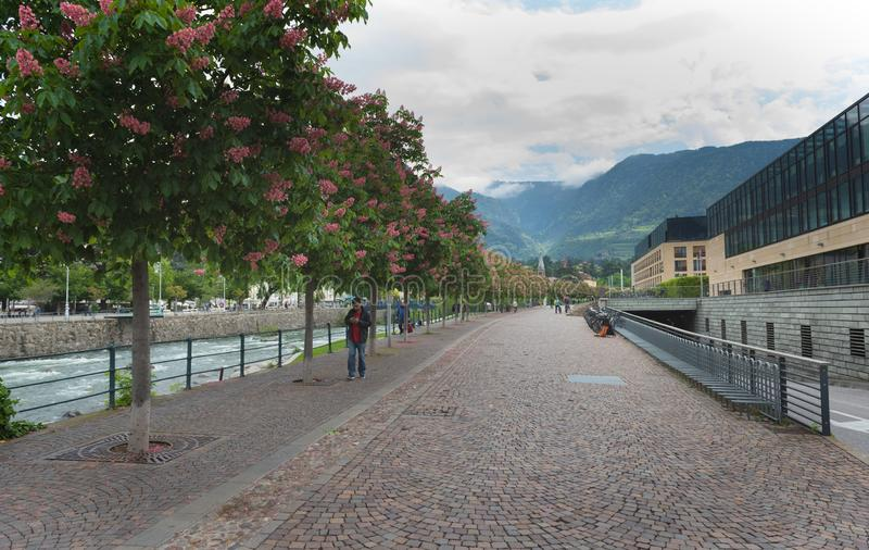 Merano, une belle ville dans les montagnes alpines du Tyrol du sud images libres de droits
