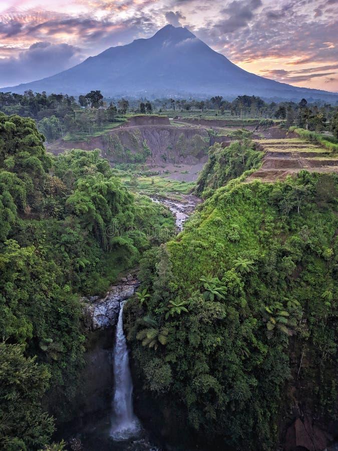 Merapi bergsikt från den Kedung Kayang vattenfallet, Magelang Indonesien arkivfoto