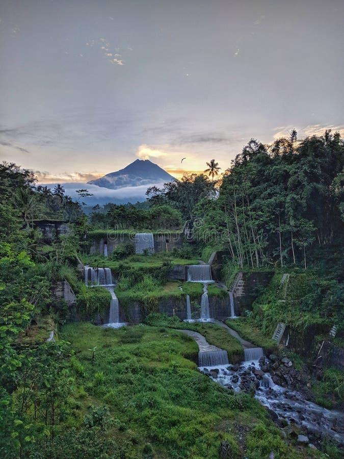 Merapi bergsikt från den Mangunsuko bron, Magelang Indonesien arkivbild