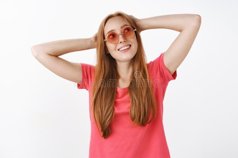 Meraviglia che cosa fanno per divertiresi Ragazza spensierata affascinante di hippy con i capelli e le lentiggini dello zenzero i immagine stock