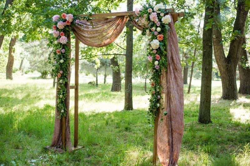 Meravigliosamente decorato con i fiori incurvi per una cerimonia di nozze fotografie stock libere da diritti