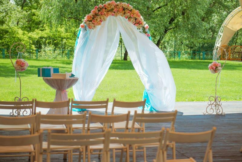 Meravigliosamente decorato con i fiori incurvi per una cerimonia di nozze Decorazione di cerimonia nuziale fotografia stock