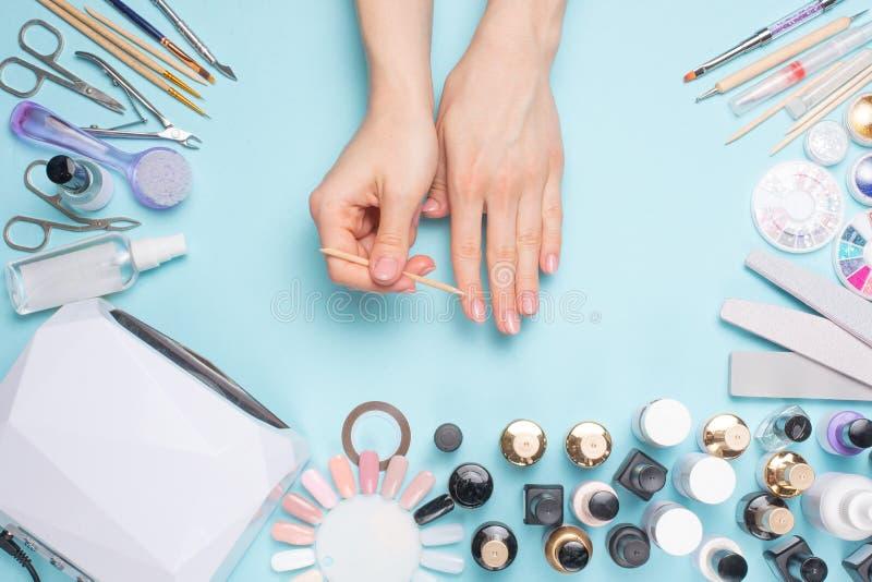 Meravigliosamente unghie dipinte sul desktop con gli strumenti per il manicure Cura circa le unghie immagine stock libera da diritti