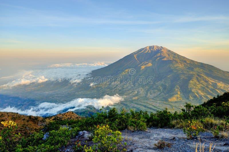 Merbabu山意想不到的看法在日出的从volcan的默拉皮 免版税库存照片
