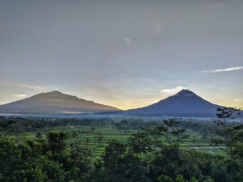 Merbabu berg- och Merapi bergsikt i morgonen arkivbild