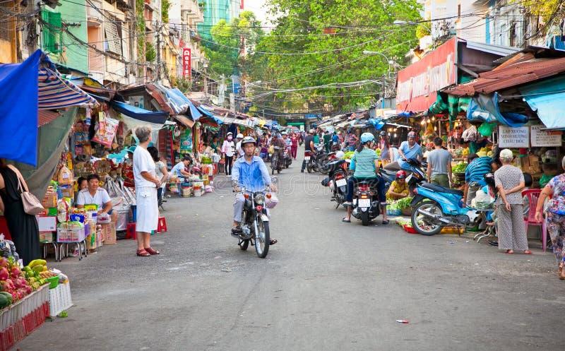 Mercado aglomerado com o vendedor ambulante em Ho Chi Minh City, Viet imagens de stock royalty free