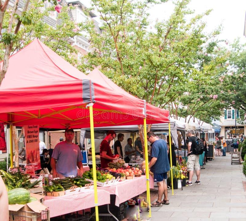 Mercado al aire libre del ` s del granjero que vende la fruta y verdura debajo de las tiendas foto de archivo