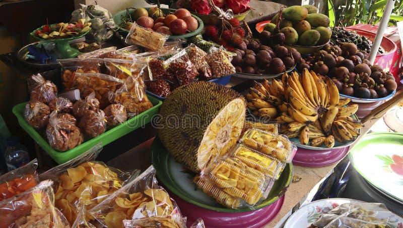 Mercado asiático con una variedad de frutas exóticas Papaya, fruto del árbol del pan, plátano imagenes de archivo
