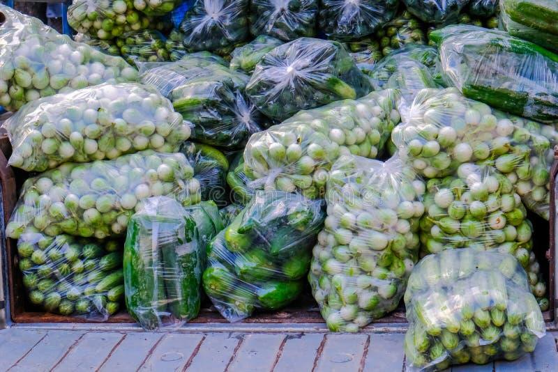 Mercado asiático do ` s do fazendeiro que vende o salat verde fresco imagem de stock royalty free