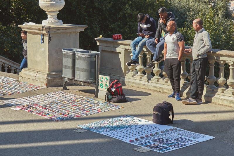 Mercado callejero, cosas de la venta de la gente en la calle en Barcelona en España 02 25 España 2019 fotografía de archivo libre de regalías