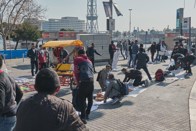 Mercado callejero, cosas de la venta de la gente en la calle en Barcelona en España 02 25 España 2019 imagenes de archivo