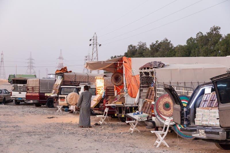 Mercado callejero en Al Dhafra Camel Festival imagenes de archivo