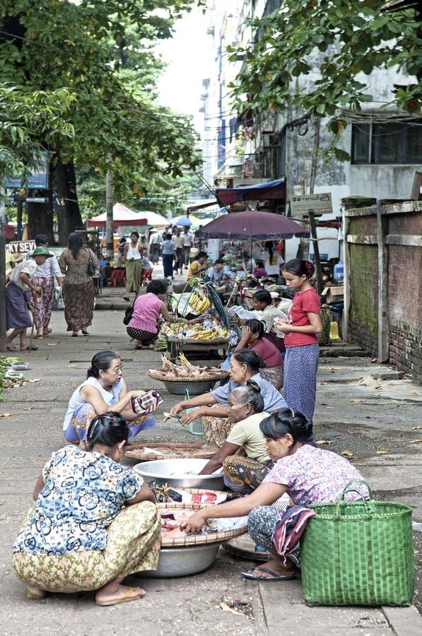 Mercado callejero en Rangún myanmar fotos de archivo libres de regalías