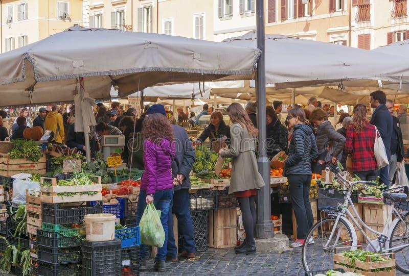 Mercado callejero histórico de Campo de Fiori del frome de la escena en Roma fotografía de archivo libre de regalías