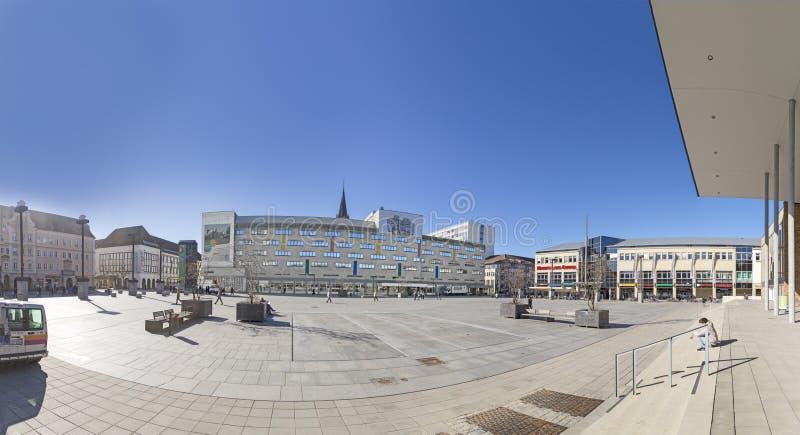 mercado central con edificios de arte socialista en Neubrandenburg, Alemania imágenes de archivo libres de regalías