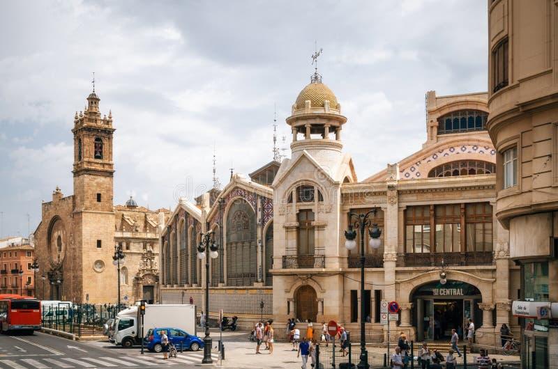 Mercado central marknad och Santos Juanes Church i Valencia arkivbild