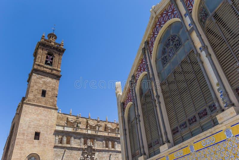 Mercado centrala i kościelny wierza w Walencja obrazy stock