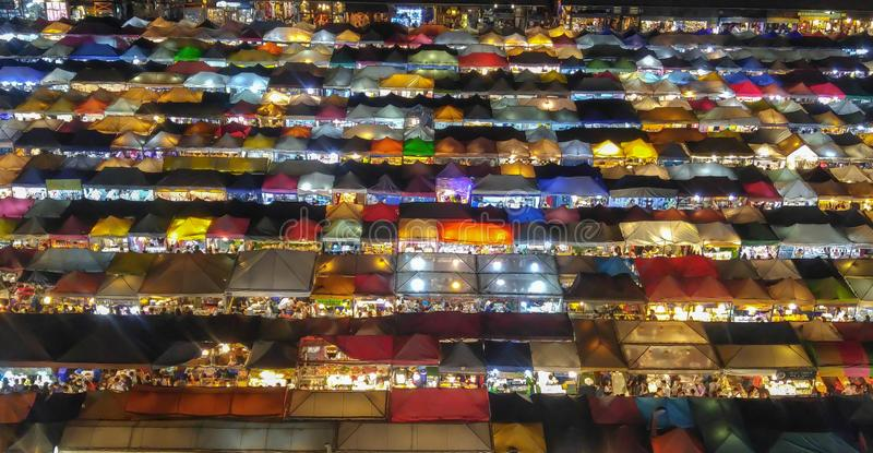 Mercado colorido de la noche en Bangkok fotografía de archivo